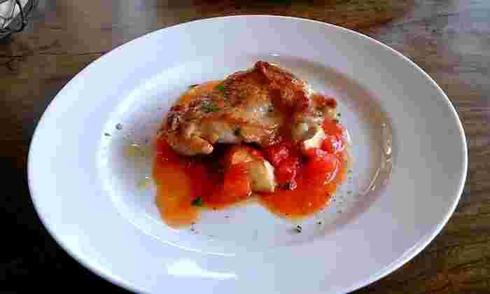 ある日のランチコースのメイン「ふくみ鳥のソテートマトソースかけ」。 カリッと香ばしい焼き色で美味しそう♪