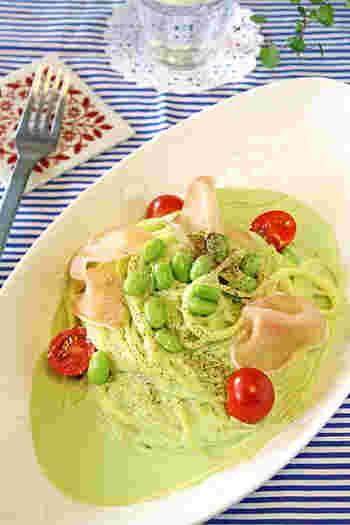 旬の枝豆をクリームソースにした冷製パスタ。枝豆の香りが口の中に広がります。 トマトと一緒に盛り付ければ彩りも食欲をそそりますね♪
