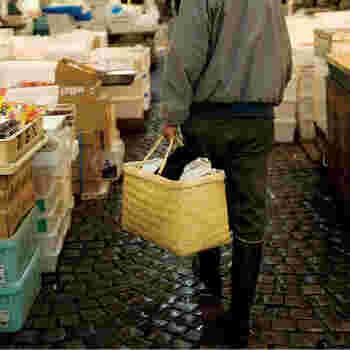 こちらの篠竹市場かごは、岩手県北部で作られているもので、丈夫でたっぷりモノが入ることから、プロの料理人でも愛用している人が多い逸品です。ハンドルにはビニールがついているので、手が痛くなりません。