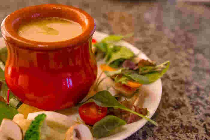 バーニャカウダはイタリアの伝統料理。にんにくとアンチョビーの濃厚な温かいソースに野菜を浸けて食べます。
