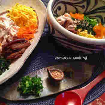 鹿児島県・奄美地方の郷土料理「鶏飯」。甘辛く煮た干しシイタケやゆで鶏、錦糸卵などをごはんの上にのせて、おだしをかけていただくもの。おなじみの干しシイタケの煮物の食べ方バリエーションとしてどうぞ。