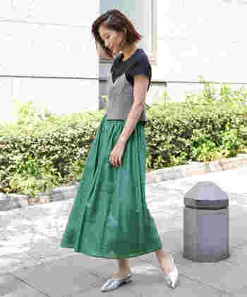 Tシャツ×スカートの定番スタイルも、グレンチェックのビスチェでトレンド感あふれる装いに。「いつものコーディネートに変化を加えたい」という時には、旬のデザインを1アイテム取り入れてみてはいかがでしょうか。