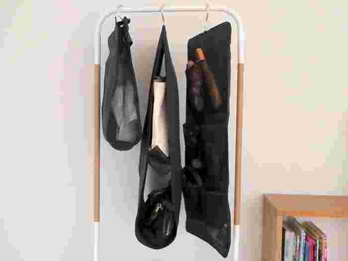 こんなハンガータイプの収納グッズもあります。手持ちのバッグのデザインや量に合わせて使い分けるといいですね。