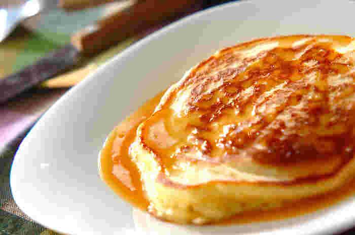 お豆腐入りでフワフワのパンケーキ。キャラメルソースをかけて、いつものパンケーキをカフェ風に。