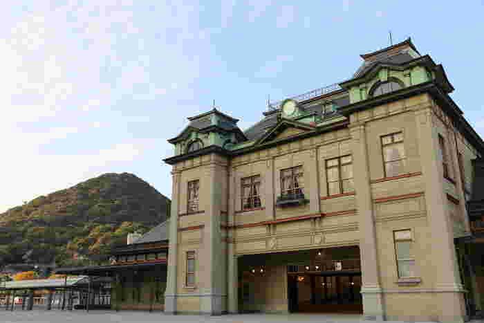 博多駅から90分ほどのところにある、北九州市の門司港エリア。古い港町らしい「大正ロマン」の雰囲気を感じることができる観光スポットとしてにぎわっています。  ぜひ訪れてみたいのが、今年3月、創業当時の姿でグランドオープンした「門司港駅」。ネオ・ルネッサンス様式で大正3年に建築された駅舎は、国の重要文化財に指定されており、これは現役の駅舎では東京駅と門司港駅だけなのだとか。