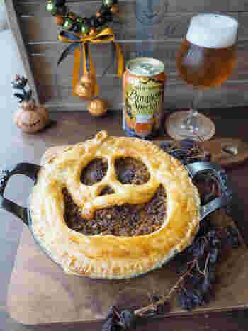 主役級の存在感でテーブルをわっと沸かせるミートパイ。パイを顔の形に切り抜くだけで一気にハロウィン仕様になるので、不器用さんにもおすすめです。