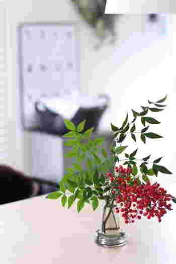 お正月用に飾る南天も、この花瓶に生けるとなんだか新鮮!北欧風の洗練されたインテリアに、さりげなく和の要素を取り入れるセンスに脱帽です。飾る花を選ばない花瓶のオールマイティーさにも惹かれますよね。