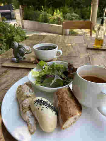 ベーカリー併設カフェなので、モーニングやランチプレートなど、焼き立てパンをいただけるメニューが名物。パスタも人気です。  解放感のあるテラスで木漏れ日に包まれながら、香ばしいパンの香りとともに過ごすひと時・・・。いつしか凝り固まった心も、ゆっくりとほぐれていくことでしょう。
