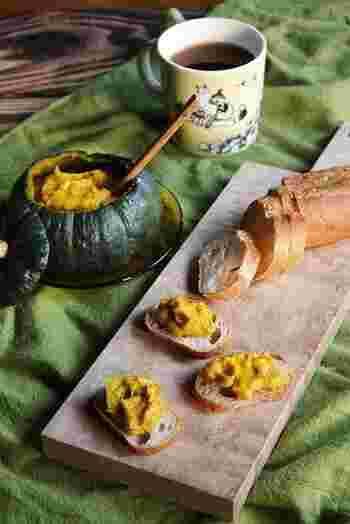 坊ちゃんかぼちゃとナッツで作るペーストをバゲットにつけて。甘くておいしいペーストは、かぼちゃごと器になり、インパクト抜群なので子供のお祝いやハロウィンにも似合います。
