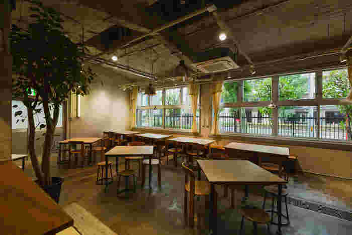 旧那古野小学校の給食室をリノベーションし、2019年の10月にオープンしたカフェ。コンクリート打ちっぱなしの無骨な今っぽい雰囲気ながら、窓枠などに小学校の面影を感じさせます。