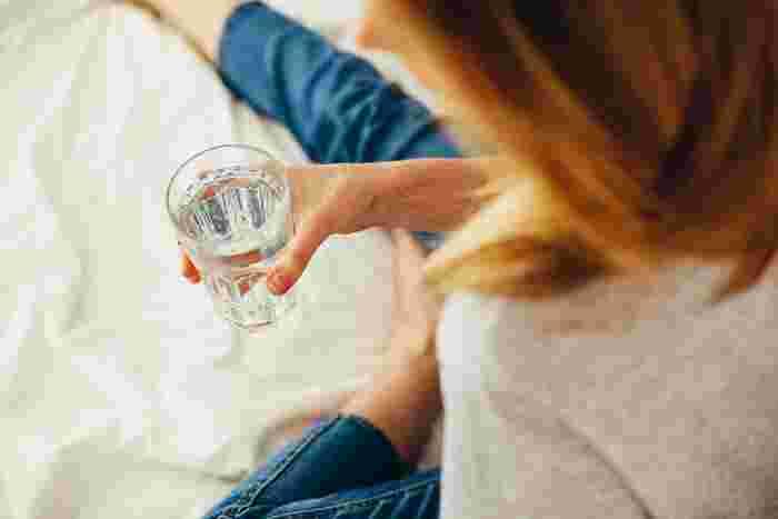 むくみが起こると、水分が血管の外に出てしまい脱水状態に陥ることがあります。喉の渇きを感じる前に、お水やお茶を少しずつでも飲んで予防を心掛けましょう。