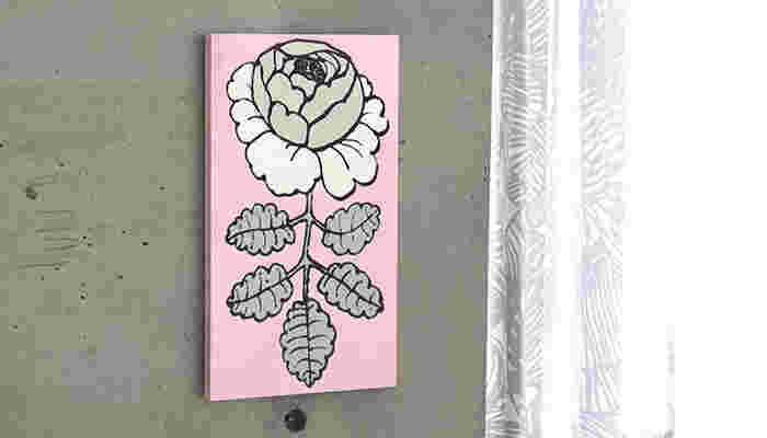 縦長サイズだと、立体ポストカードのようで可愛いですね。 フレームいっぱいの大きな一輪のバラが、お部屋のオシャレなワンポイントに。