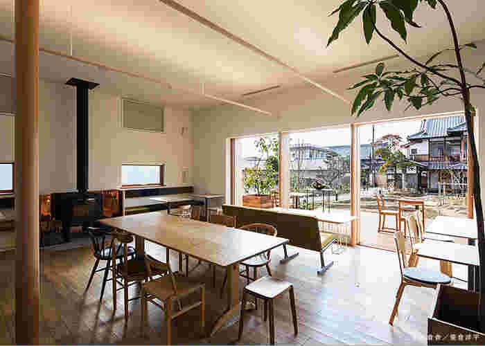 カフェメニューが味わえる喫茶室の「囀 Saezuri」は、大きく開いた窓から四季折々の風景が楽しめるのも魅力的です。