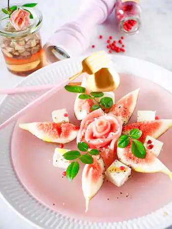 いちじくと生ハムを使った淡いピンク色が美しいサラダ。中央の生ハムは、くるくると巻いてから少し広げてバラの形にすることで華やかさアップ!意外な組み合わせですが、フルーティーさと程よい塩気が絶妙です。