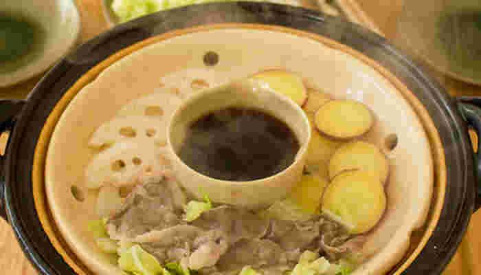 余分な脂分は「陶製すのこ」が落としてくれるので、ダイエット中もお肉料理を楽しめますね。お野菜を下に敷いて、お肉をたっぷり載せても大丈夫♪真ん中に付けダレの器を置いて。家族やお友だちとの楽しい食卓の風景。