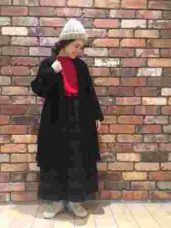 ダークカラーの多いコーデですが、明るいグレーのニット帽と赤のトップスがアクセントになっています。ロングスカートの場合はトップスをINして、スタイル良く見せましょう。