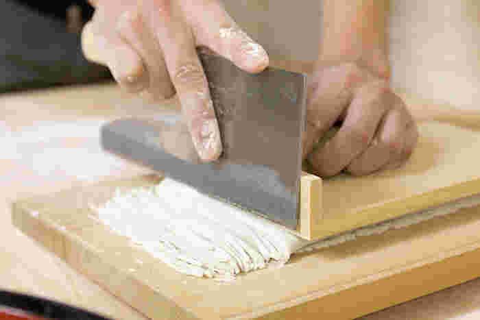 信州といえば蕎麦ですよね! 松本に来たら、やはり蕎麦は外せません。 香りの高い十割そばは、塩や辛味大根で食べても絶品。郷土料理の「とうじ蕎麦」もおすすめです。