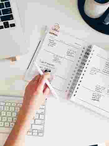 思うように仕事が捗らず、残業や仕事の持ち帰りが起きてしまうときは、自分の仕事ルールを見直してみてください。時間の使い方や道具の使い方は、もしかすると自分でも気づかないうちに一般的なルールに縛られているかもしれません。ワークライフバランスを見直したい人にもおすすめ。