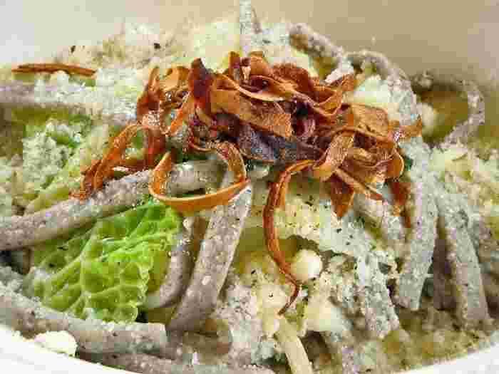 おすすめメニューの「そば粉のパスタ ピッツォッケリ」は、濃厚なソースにもかかわらず、そば粉の風味がしっかりと感じられる絶品。