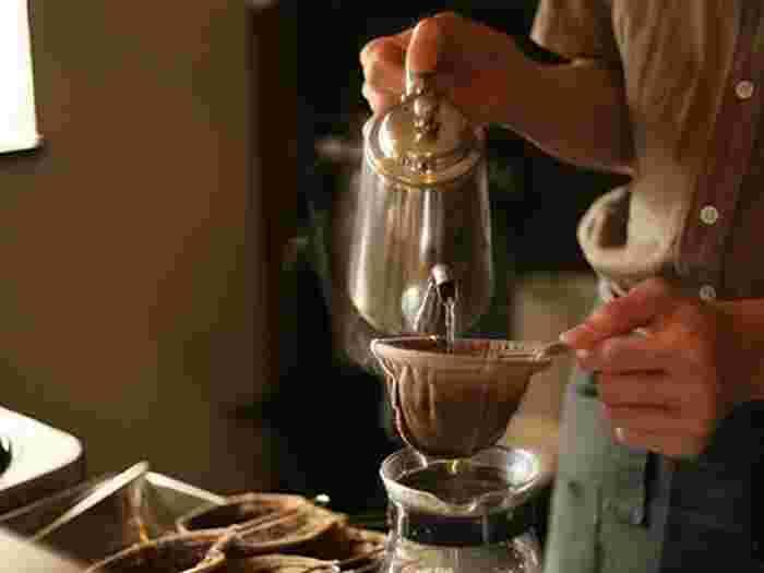 コーヒーは、注文を受けてから挽いた新鮮な豆で丁寧に一杯ずつ、紙ではなく布フィルターで抽出するネルドリップ方式で淹れられています。マスターがコーヒーを淹れ始めるとお店の中にはいい香りが漂いはじめます。お店オリジナルブレンドはもちろん、グアマテラ、マンダリン、コロンビアなどこだわりの一杯を楽しめますよ。