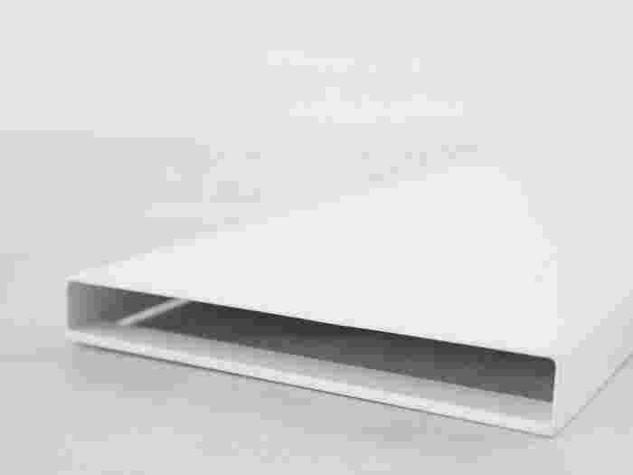 パン上ラックは、フラットな面とフチのある面、どちらも使うことができます。フラットな面は収納ボックスや棚を追加するのに便利です。フチのある面はまわりをガードしてくれるので、ボトルやケースをそのまま置くのに向いています。  コンタクトケース置き場が欲しいときは、フラットな面に高さのある収納グッズを置いてみましょう。低い位置だとほこりをかぶってしまうので、腰ぐらいまで高さのあるラックがおすすめです。