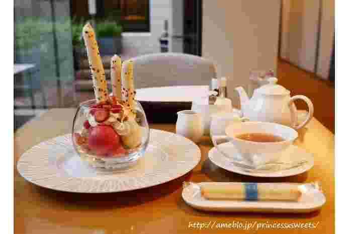 『デセールオベール〜パルフェルージュ』。 3種のアイスクリーム(フランボワーズ、ヨーグルト、バニラ)、メレンゲやココナッツ風味のシュトロイゼル、イチゴ&フランボワーズの果肉が載せられて。フランボワーズソース付き。
