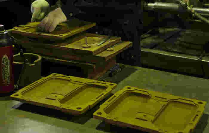 WEEKENDERはこちらのシェルモールドという特殊な砂型で製造されています。この型は金型に樹脂を含む砂を吹き込んで熱で硬化させた物です。吉田木型製作所の熟練の技を持つ職人の手によって作られています。