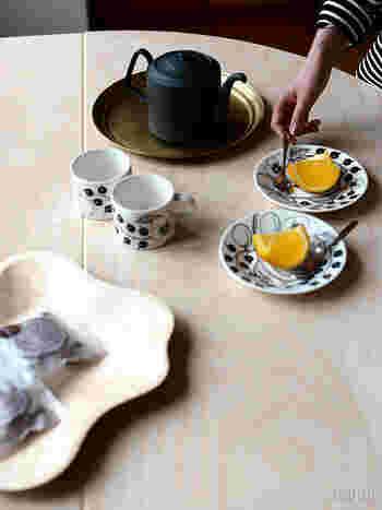 シックでありながら重量感があって、柄物のティーカップ&ソーサーにも負けない存在感があります。大きくても持ちやすい取っ手や、液だれしにくい注ぎ口、内部に茶漉しを付けるなど機能が充実したティーポットでもあります。和洋を問わずにテーブルで活躍してくれそうです。