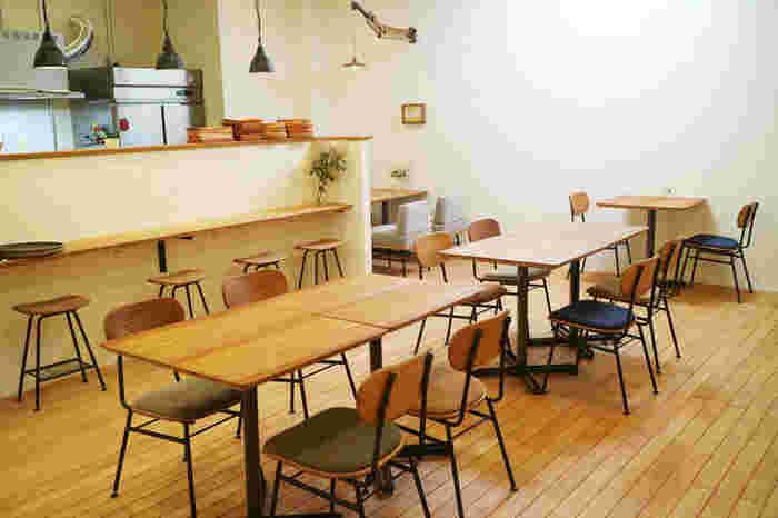 やわらかい色味の木製テーブル、椅子で、ほっこりした気分でランチを食べることができそうな店内です。お店で料理を出すのに使われている木製のプレートや、ココナッツ食品の販売もされています。