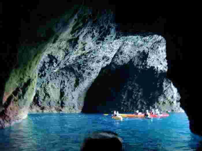 同じく「青の洞窟」を訪れる、シーカヤックのツアーと出会うことも。