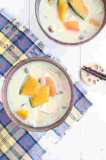 少し変化をつけたい!そんな時は、豆乳をプラスしたマイルドなお味噌汁はいかがですか?味噌も豆乳ももとは大豆なので、相性◎かぼちゃや玉ねぎの甘味もおいしい、女性におすすめしたいレシピです。