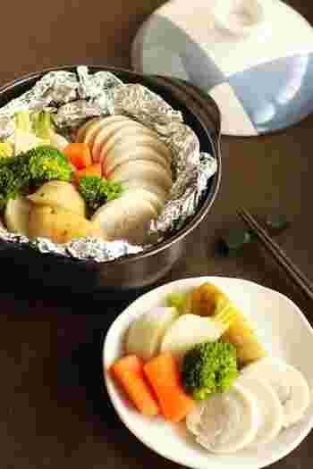 土鍋の保温性を活かした蒸し料理。むね肉に遠火でゆっくり火を通すのでパサつかずにシットリ柔らか☆