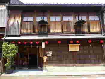 金沢の東茶屋街の一角にあるこちらの「寒村庵」は、文政三年(1820年)に建てられた茶屋で、国指定の重要文化財になっている建物です。