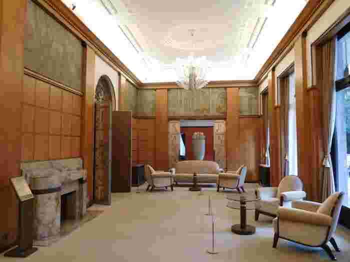 本館(旧朝香宮邸)はアールデコ建築の傑作。シャンデリアやエッチングガラスの入った扉、漆喰仕上げの天井など細部までしっかり見ておきたいところ。