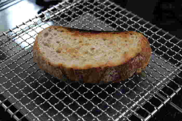 目の細かい受け網がガスの直火を和らげ熱をまんべんなく広げるので、食材をおいしく焼けるのだそう。実際にパンを焼いてみると外はパリッ、中はふんわり。