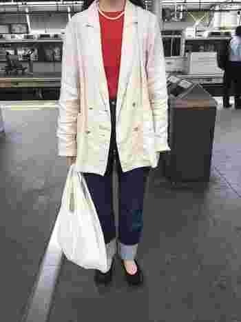 キナリのリネンジャケットは、赤トップス+デニム+パールのネックレスでパリっぽコーデに。明るいカラーにも万能なキナリのジャケットは持っていて損なし。
