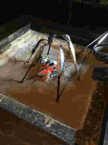 囲炉裏では川魚を焼いてくれたりもします。こんな経験、滅多にできません!