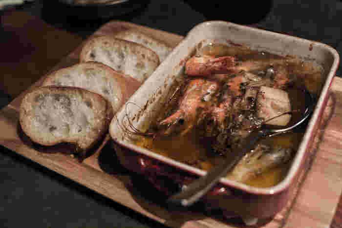 具材をそのまま食べても美味しいのですが、まずは具材の旨味が溶け込んだオイルに、バゲットを付けて食べるのが本場スペイン流。ほど良いしょっぱさと旨味が絶妙の味わいです。