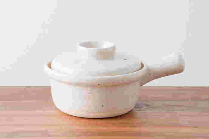 家にあるものでフォンデュを楽しむなら、一人用の土鍋+ガスコンロでもOK。厚みのある鍋のほうが熱を蓄えて冷めにくく、焦げ付きにくいのでオススメです。TOHJIKI TONYAの片手鍋は、直径15cmと小さめでチーズフォンデュにもおすすめのコンパクトサイズ。