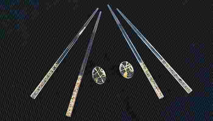 樹脂製の透明な箸に、金糸が繊細に施されています。ガラス製の箸置きとセットで使えば、机の上が華やかになりそうです。橋の先には滑り止め加工がされています。箔一のアイテムはどちらも20点以上で名入れも可能だから、記念品としてのプレゼントにも向いていますよ。