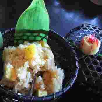 厳選したもち米に、ほくほくのさつまいもと醤油だれで漬け込んださつまいもの茎を加えて蒸したオリジナルのおこわ。やさしい甘みと塩気が絶妙で、素朴な味が人気です。