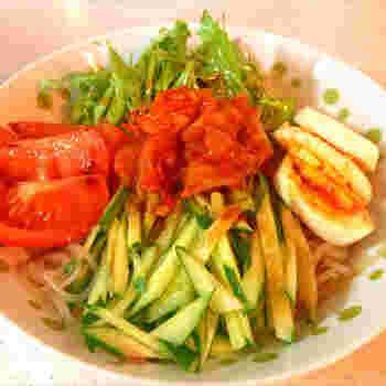 """韓国料理の定番""""冷麺""""をしらたきで代用したレシピです。シコシコした食感がよく似ています。野菜がたっぷり摂れてとってもヘルシー!サラダ感覚でもりもり食べても罪悪感なし◎"""