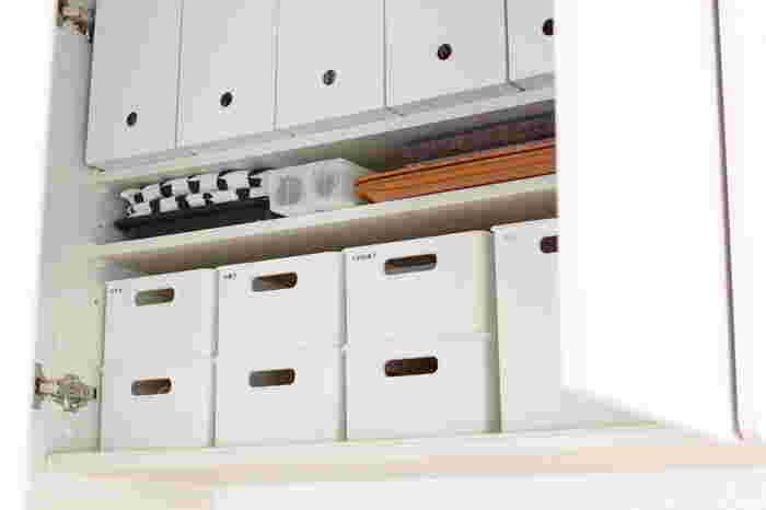 キッチンの吊り戸棚にスタッキングして収納。中身のごちゃごちゃが見えないので、扉を開けたときにすっきりして見えますね。