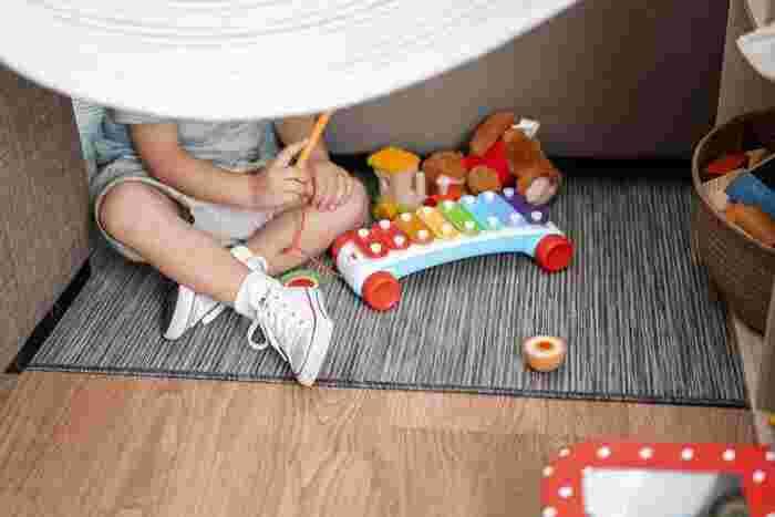 よちよち歩きの赤ちゃんのシューズは、なによりも足にきちんとフィットしていることが大切。立った状態で足の甲の部分がしっかりとフィットしているのか確認しましょう。