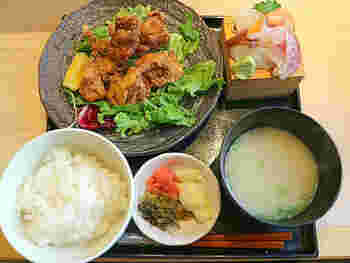 鶏の唐揚げとミニ刺身定食は、お肉も魚も食べたい方におすすめの欲張りメニュー。お財布にもお腹にもうれしいランチです。