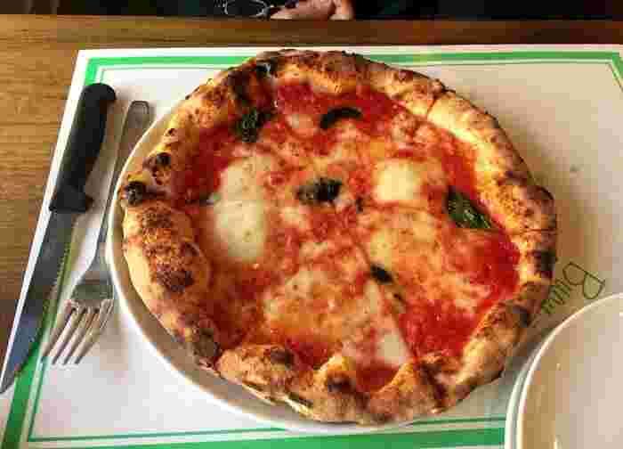 定番の「マルゲリータ」は、地元産のトマトたっぷり使ったシンプルな味が人気です。薪窯で焼き上げるピッツァは、程よい塩加減と絶妙な焼き加減。ピザ生地の耳からは小麦の素朴な風味も楽しめます。