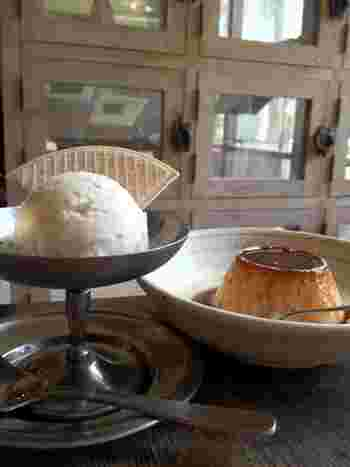 子どもの頃に食べたような手作りプリンは、カスタードもカラメルも素朴な甘さ。丸いアイスとウエハースも、懐かしさを感じますね。
