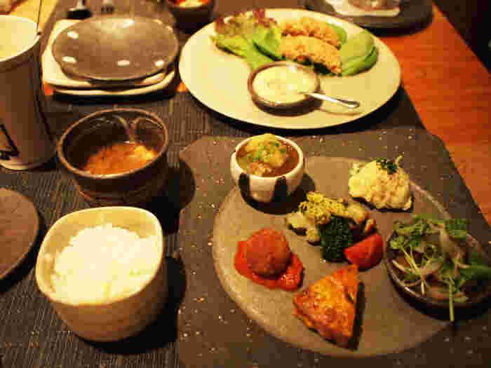 しっかりと食事をしたい方には、野菜、お肉、お魚がふんだんに使われた創作ごはん、「omo cafeごはんプレート」がおすすめです。