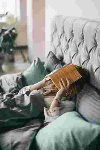 質の良い睡眠をとるためにも、ベットに入ったらスマートフォンの代わりに本を手に取りましょう。ふと目にしたSNSや新しい情報を追って、無為に時間を削る心配もなくなります。