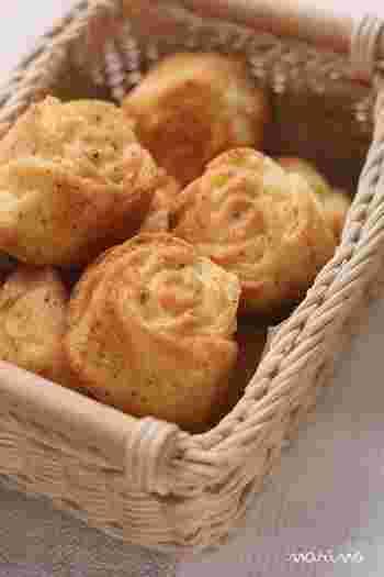 すり鉢は、パンやお菓子づくりにも活用できます。バラ型のバターケーキにすり鉢でくだいた紅茶を加えて、優雅な香りを楽しめるミニケーキが完成♪紅茶入りクッキーやパンをつくりたいときにも活用できそう。